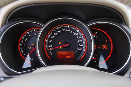 Nissan Murano Z51 Innenansicht Detail Tacho statisch schwarz rot