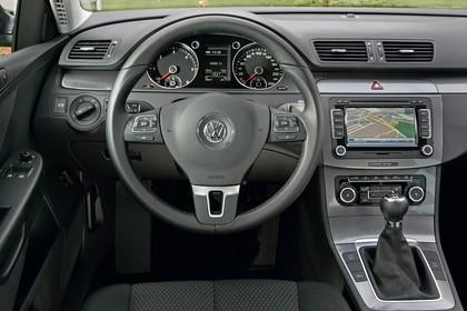 VW Passat Limousine B6 Innenansicht statisch Vordersitze und Armaturenbrett fahrerseitig