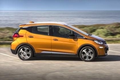 Opel Ampera-e Aussenansicht Seite dynamisch gold