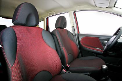 Nissan Note E11 Studio Innenansicht Vordersitze statisch schwarz rot