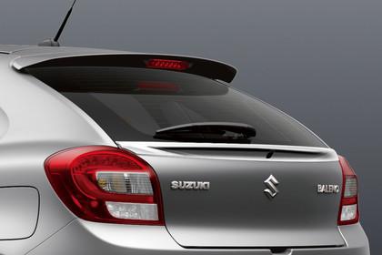 Suzuki Baleno EW Aussenansicht Heck schräg statisch Studio silber