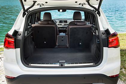 BMW X1 F48 Facelift Innenansicht Kofferraum offen Rücksitzbank mittig umgeklappt statisch weiss