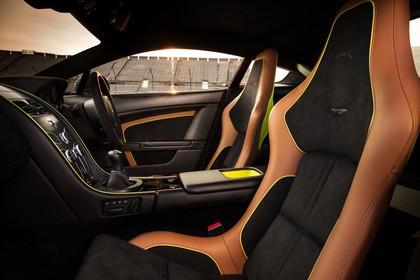 Aston Martin Vantage VH Innenansicht statisch Vordersitze und Armaturenbrett beifahrerseitig