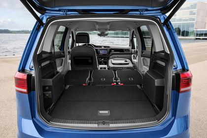 VW Touran 2 Aussenansicht Heck Kofferraum geöffnet Sitze umgeklappt statisch blau