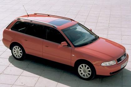 Audi A4 Avant B5 Aussenansicht Seite schräg erhöht statisch rot