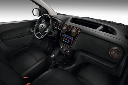 Dacia Dokker Stepway SD Innenansicht statisch Studio Vordersitze und Armaturenbrett beifahrerseitig
