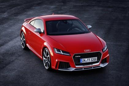 Audi TT RS 8S Roadster Aussenansicht Front schräg erhöht statisch rot