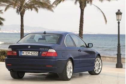 BMW 3er Coupé E46 LCI Aussenansicht Heck schräg statisch dunkelblau