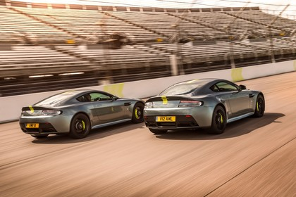 Aston Martin Vantage VH Aussenansicht Heck schräg dynamisch grau