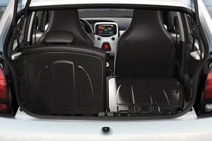 Peugeot 108 Aussenansicht Heck statisch weiss Heckklappe geöffnet Rücksitze 1/2 umgeklappt
