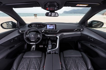 Peugeot 5008 SUV Innenansicht statisch Vordersitze und Armaturenbrett