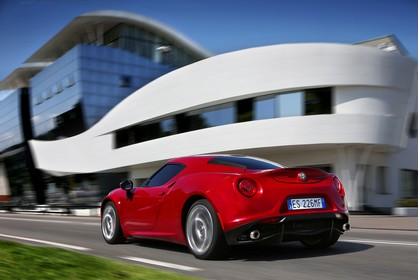 Alfa Romeo 4C Aussenansicht Heck schräg dynamisch rot