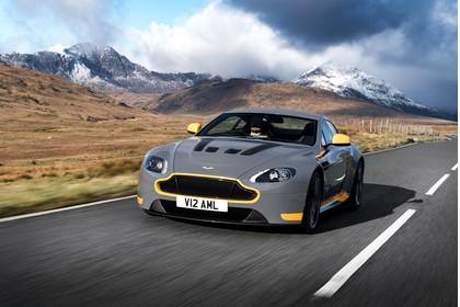 Aston Martin Vantage VH Aussenansicht Front schräg dynamisch grau