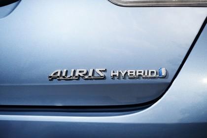 Toyota Auris Hybrid Schrägheck E18 Aussenansicht Heck schräg statisch Auris Hybrid Zugschrift