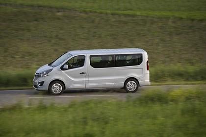 Opel Vivaro Kombi X82 Aussenansicht Seite schräg dynamisch silber