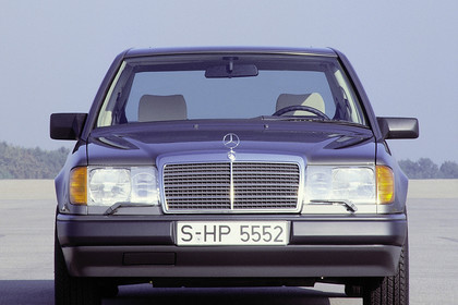 Mercedes E-Klasse Limousine W124 Aussenansicht Front statisch blau