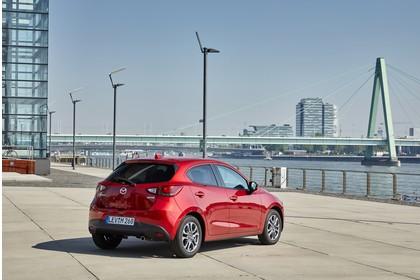 Mazda 2 DJ Aussenansicht Heck schräg statisch rot