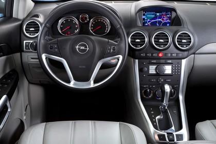 Opel Antara L-A Facelift Innenansicht statisch Studio Vordersitze und Armaturenbrett fahrerseitig
