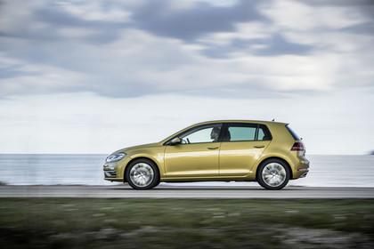 VW Golf 7 Facelift Aussenansicht Seite dynamisch gold