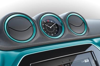 Suzuki Vitara 2 LY Innenansicht statisch Studio Detail Uhr und Lüftungsdüsen