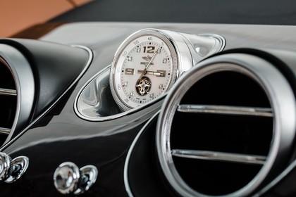 Bentley Bentayga Innenansicht statisch Detail Uhr