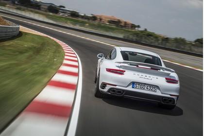 Porsche 911 Turbo S 991.2 Aussenansicht Heck schräg dynamisch weiss