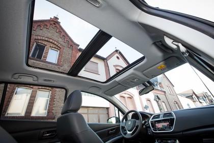 Suzuki SX4 S-Cross Innenansicht statisch Panoramadach Fahrersitz und Armaturenbrett beifahrerseitig