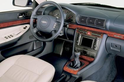 Audi A4 Avant B5 Innenansicht statisch Studio Vordersitze und Armaturenbrett beifahrerseitig