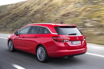Opel Astra K Sports Tourer Aussenansicht Heck schräg dynamisch rot