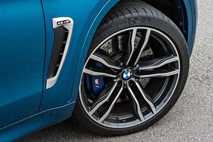 BMW X6 M F16 Aussenansicht Detail Kiemen und Felge statisch blau