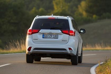 Mitsubishi Outlander Plug-in-Hybrid CWO Aussenansicht Heck dynamisch weiß