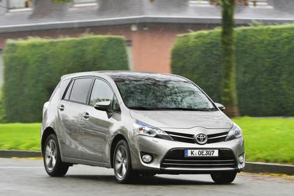 Toyota Verso (ARA2) Aussenansicht Front schräg dynamisch grau