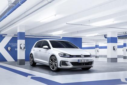 VW Golf 7 GTE Aussenansicht Front schräg statisch weiss