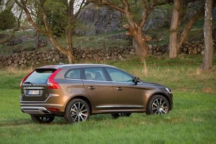 Volvo XC60 (D) Aussenansicht Heck schräg statisch terra bronze