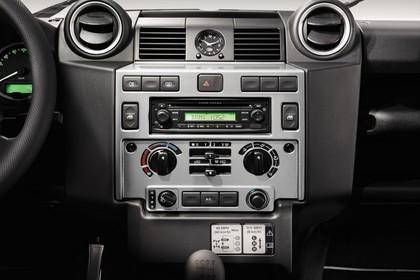 Land Rover Defender Dreitürer Studio Innenansicht Armaturenbrett statisch schwarz silber