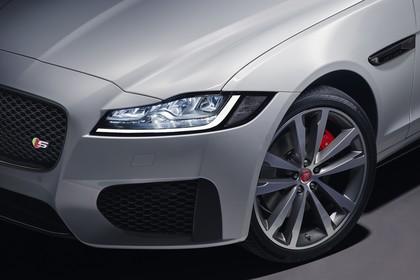 Jaguar XF X260 Aussenansicht Front schräg erhöht statisch Studio Detail Scheinwerfer und Rad vorne links