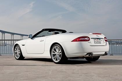Jaguar XK Cabriolet X150 Aussenansicht Heck schräg statisch weiß