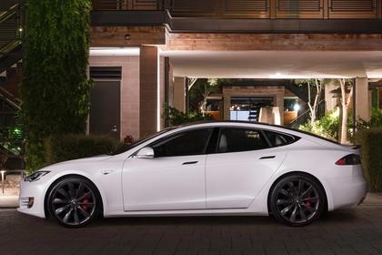 Tesla Model S Aussenansicht Seite statisch weiss