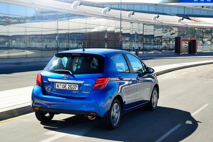 Toyota Yaris (XP13) Aussenansicht Heck schräg dynamisch blau