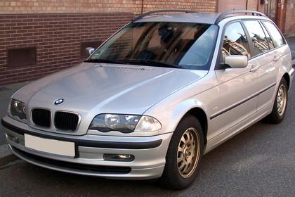 BMW 3er Touring E46 Aussenansicht Front schräg statisch silber