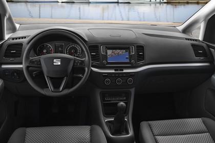SEAT Alhambra 7N Innenansicht Vordersitze und Armaturenbrett fahrerseitig