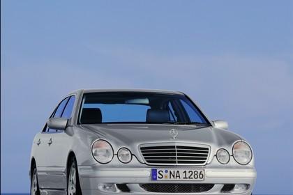 Mercedes Benz E-Klasse Limousine W210 Aussenansicht Front schräg statisch silber