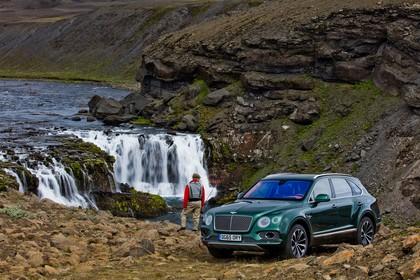 Bentley Bentayga Aussenansicht Front schräg statisch grün