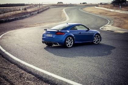 Audi TT RS 8S Roadster Aussenansicht Heck schräg statisch blau