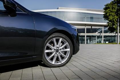 Mazda 3 BM Viertürer Aussenansicht Seite schräg statisch Detail Felge vorne rechts