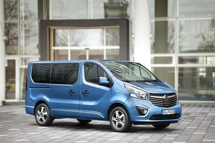Opel Vivaro Kombi X82 Aussenansicht Seite schräg statisch blau