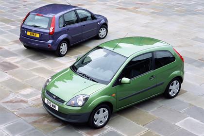 Ford Fiesta Aussenansicht Front Heck schräg statisch grün blau