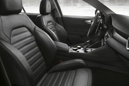 Alfa Romeo Giulia ZAR 952 Innenansicht statisch Vordersitze und Armaturenbrett beifahrerseitig