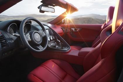 Jaguar F-Type AWD R Cabriolet QQ6 Innenansicht statisch Vordersitze und Armaturenbrett fahrerseitig