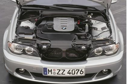 BMW 3er Coupé E46 LCI Aussenansicht Front erhöht statisch Motorhaube geöffnet Detail Motor